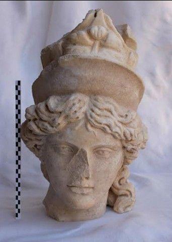 Tanrıça başı (MS. 2. yüzyıl) -Antalya'daki Perge antik kenti-İnce gözenekli, beyaz mermerden yapılmış ideal boyuttaki tanrıça heykeli. Baş hafifçe sağa dönük, oval bir yüz hattına sahip saçlar ortadan ikiye ayrılmış bukleler halinde enseye doğru. Başında yüksek bir başlık, ön kısmında İsis tacı ve arkada sur tacı bulunuyor. Sur tacı eksik. İsis ya da Tykhe olduğu düşünülüyor.