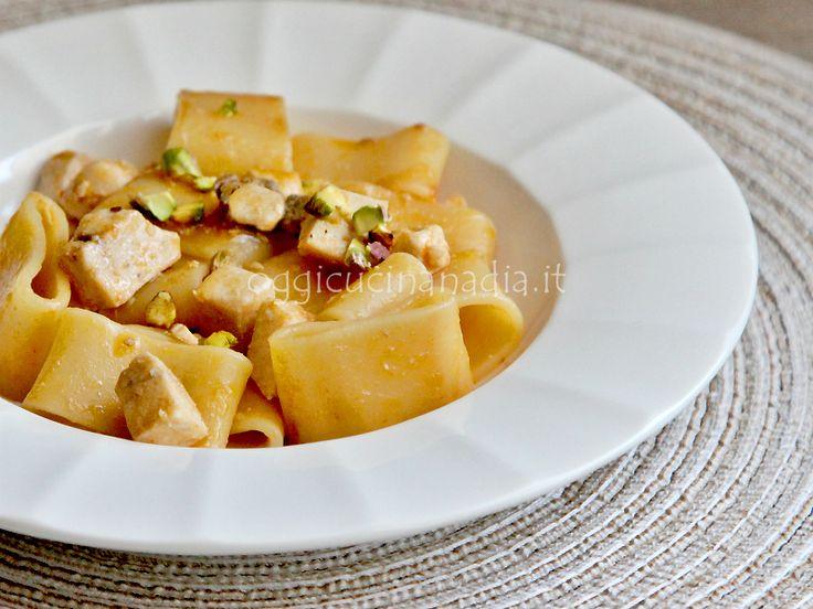 La calamarata con pesce spada e pistacchi è un primo piatto che si prepara con pochi ingredienti, bastano pochi minuti di cottura ed è pronto.
