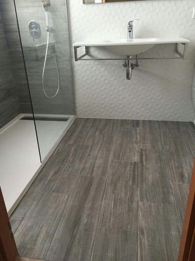 Baño con porcelanico imitación madera