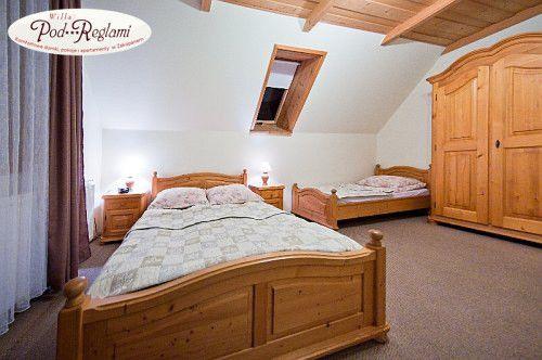 Pokój nr 3 - 1 łóżko dwuosobowe i 1 pojedyncze http://www.podreglami.pl/zakwaterowanie/pokoje-3-osobowe.html