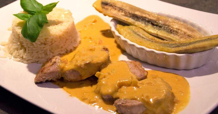 Fläskfilé marinerad i ingefära serveras tillsammans med stekta bananer, currysås, pilaffris och jordnötter!