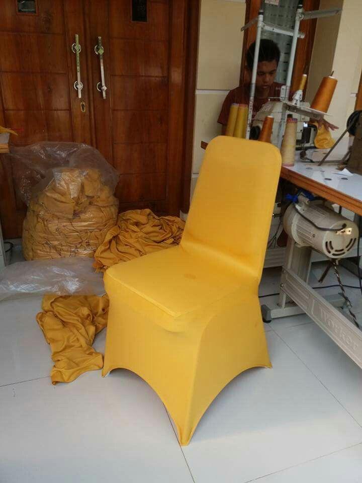 Sarung kursi futura ketat warna kuning.