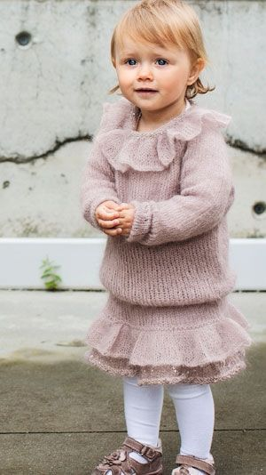 Strikkeopskrift: Bluse og skørt med flæser til pigen
