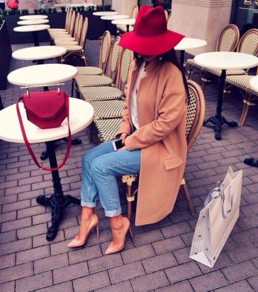 Acheter la tenue sur Lookastic:  https://lookastic.fr/mode-femme/tenues/manteau-t-shirt-a-manche-longue-jean-escarpins-sac-bandouliere-chapeau/3836  — Chapeau en laine rouge  — Escarpins en cuir bruns clairs  — Jean bleu  — Sac bandoulière en cuir rouge  — T-shirt à manche longue blanc  — Manteau brun clair
