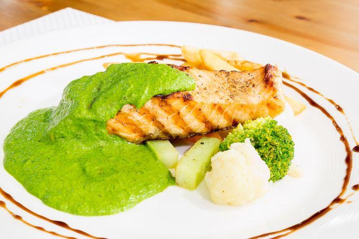 RECEPT: Grilovaný losos na zelenej omáčke. via @akademiakrasy