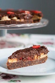 Шоколадный торт без выпечки с бананами и клубникой