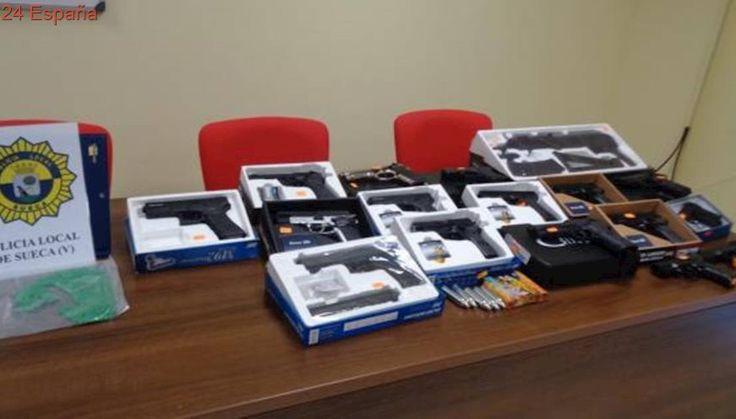 La Policia Local de Sueca confisca més de 30 armes de 4ª categoria en dos comerços de El Perelló