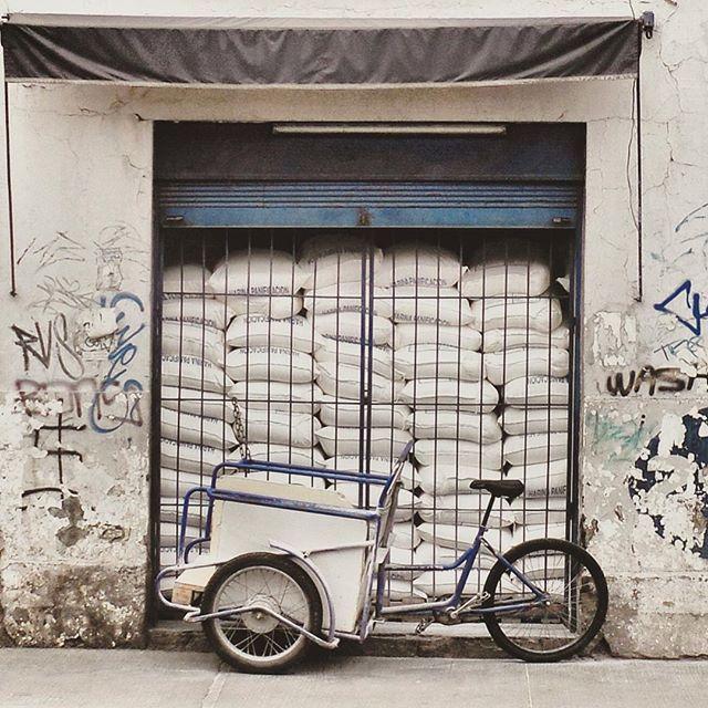 #laciudadalinstante #santiago #chile #instagram #instagramers #icu_chile #communityfirst #primerolacomunidad #instastgo #instagood #santiagoadicto #santiaguista #stgonoestanfeo #barrio #sudamericafotogenica #facade #chilefachadas #fachada