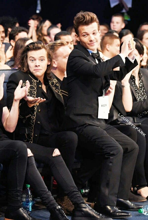 Louis like I don't give a fuck I want to sit on my boyfriend even tho there are cameras everywhere