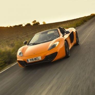 Ada satu rival yang membuat McLaren menelurkan MP4-12C Spider seharga 312.900 dollar AS (3,03 miliar rupiah). Itulah Ferrari 458 Spider yang dibanderol tidak terlalu jauh yaitu 318.000 dollar AS (3,08 miliar rupiah), dan bisa jadi merupakan mobil yang paling menyenangkan yang keluar dari pabriknya di Maranello saat ini.    Read more: http://auto.ghiboo.com/serunya-mclaren-mp4-12c-tanpa-atap