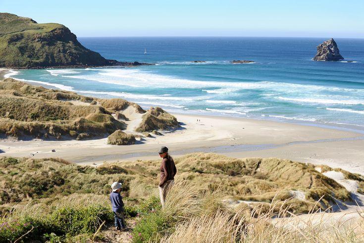Muistan toki myös Uuden-Seelannin ja sen, miten majoituimme pakettiautoinemme aution hiekkarannan kupeeseen. Tai yöpaikan luonnonlähteen vierellä, ulkoilmakylpylän yhteydessä. Sekä sadepäivän, kun istuttiin autossa, pelattiin tuntikaupalla korttia ja syötiin fish&chipsejä. http://www.exploras.net/matkablogi/28102015