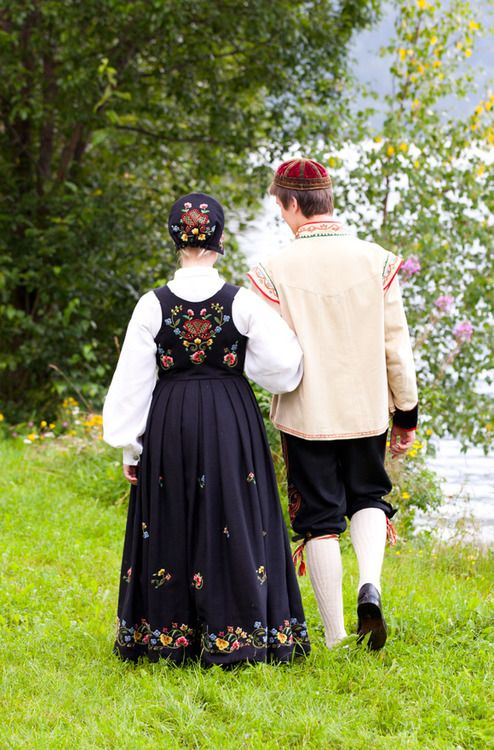 The lady is wearing a bunad from Gudbrandsdalen and the man is wearing an embroidered Spelemannsbunad from Hallingdal and Valdres