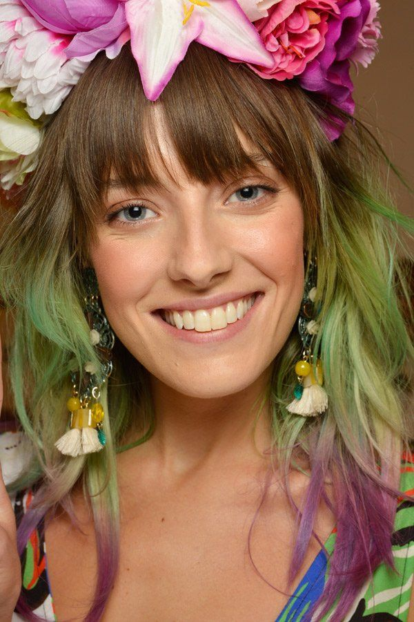 Rainbow Hair ist nun mal an Coolness nicht zu überbieten. Unsere Meisterin in Sachen Furchtlosigkeit beim Haare färben ist und bleibt Model Chloe Norgaard! Mehr tolle Haarfarben - auch in allen Faben des Regenbogens - hier!
