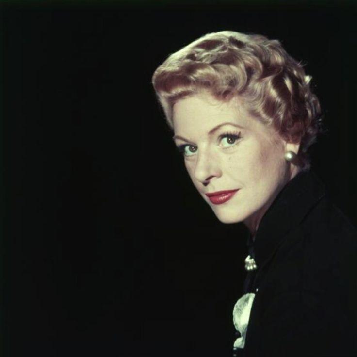 Madeleine ROBINSON, de son vrai nom Madeleine Yvonne SVOBODA, est une actrice franco-tchèque naturalisée suisse, née le 5 novembre 1917 à Paris et décédée le 1er août 2004 à Lausanne. Elle a successivement été mariée avec l'acteur Robert DALBAN (dont elle a eu un fils, Jean-François, né en 1941), avec Guillaume AMESTOY et avec l'acteur-écrivain espagnol José Luis De VILALLONGA. De sa relation avec le chanteur des Compagnons de la chanson, Jean-Louis JAUBERT, elle a eu une fille, Sophie-Julia…