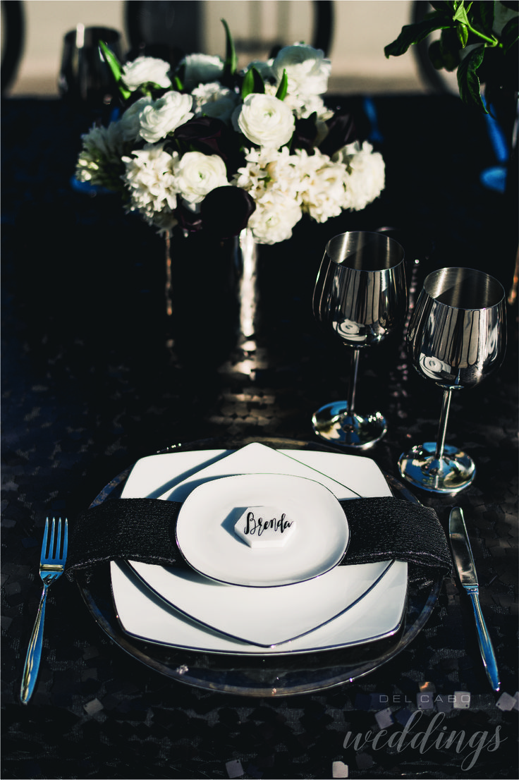 Black and white settings in amazing Cabo. Create a classy reception with serious colors to stand out in the sea.