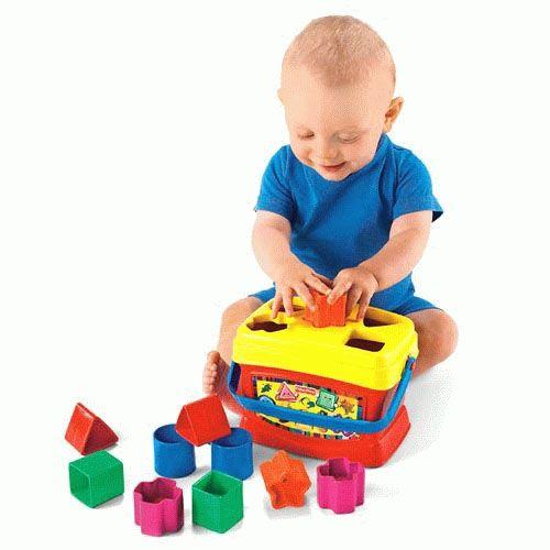 Bebeklerin ilk renkli blokları ! Toplamda 10 adet renkli geometrik bloktan oluşan bu 5 değişik şekil, bebeğinizin değişik geometrik şekilleri tanımasına yardımcı olacak. Üzerindeki şekillerin yerleştirleceği delikler bulunan bu sağlam saklama kovası artık saplı!  Fisher Price Renkli Bloklar sadece 18,90 TL!