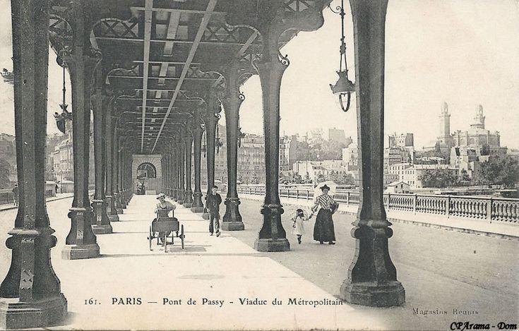 Le promenoir, sous le pont du Métropolitain. A droite, au fond, l'ancien palais du Trocadéro.