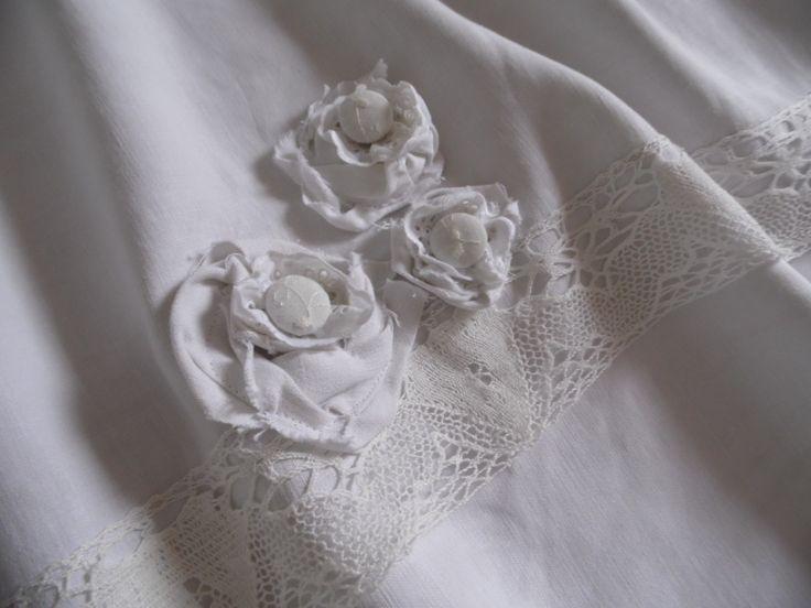 Jupe paysanne en lin blanc et sa bordure dentelle ancienne et rosaces : Jupe par annbcreation