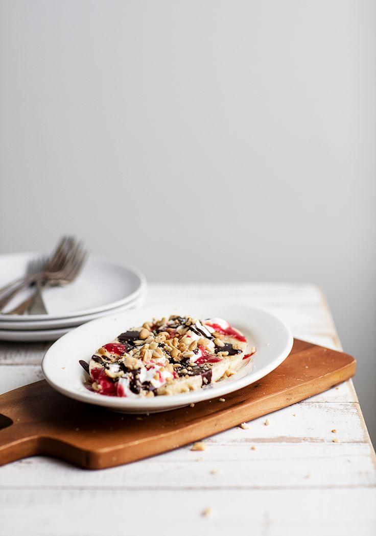 Un dessert aux saveurs rétro pour déjeuner? Oui, s'il vous plait. Surtout lorsqu'il contient assez de protéines (yogourt grec, arachides et graines de chanvre) et de glucides complexes (fruits) pour soutenir votre niveau d'énergie tout au long de l'avant-midi.