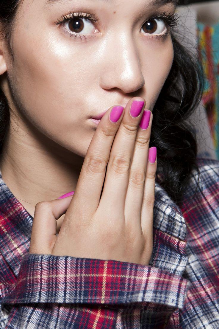 Manicure: trendy wiosna-lato 2015, Moschino, fot. Imaxtree