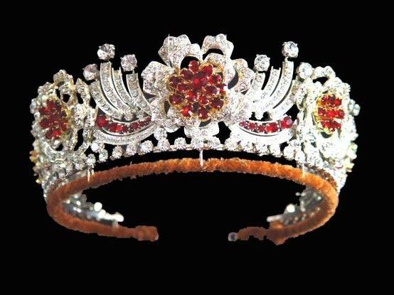Tiara de rubies birmanos de la colección de la reina Isabel II del Reino Unido.