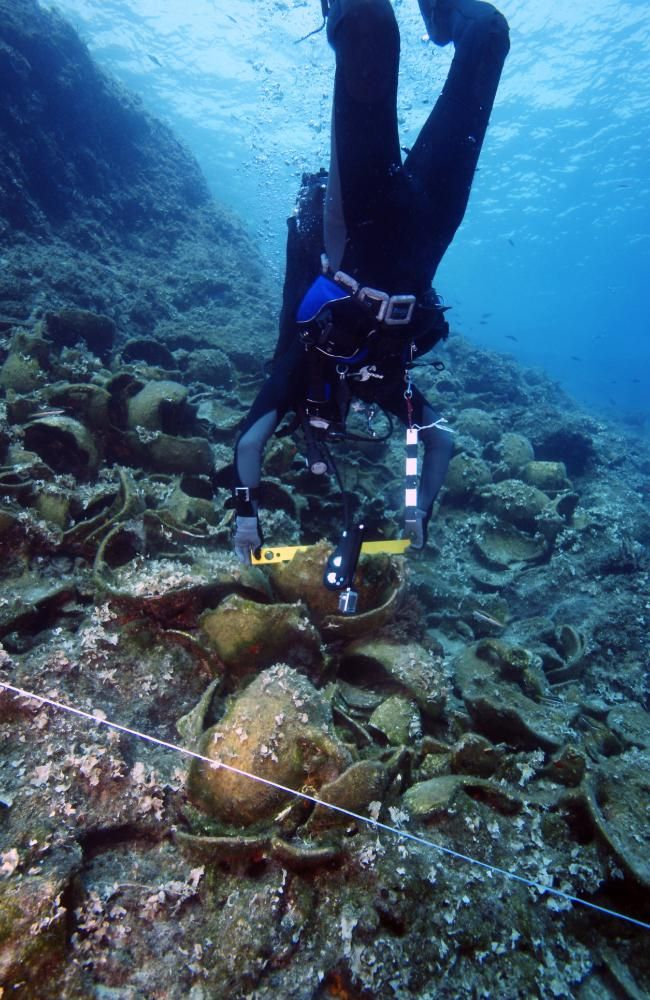 A diver prepares a wreck site off the Fourni archipelago for a 3D mapping scan. Source: V. MENTOGIANIS / PHOURNOI UNDERWATER SURVEY