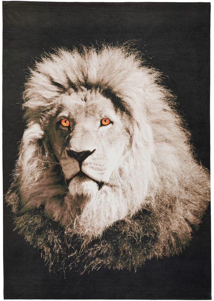 Bekijk nu:Indrukwekkend vloerkleed met het motief van de koning van het dierenrijk. Digitale print van een leeuw voorop. Onderhoudsvriendelijk en stevig, met coating aan de achterkant, ook geschikt voor vloerverwarming. Alle maten zijn ca. aangegeven.