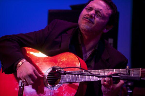 """Hola Amigos En nuestra sección """"FOTOGRAFÍA FLAMENCA"""" de esta semana, hemos elegido a un gran Maestro del Toque Flamenco, hablamos de David Cerreduela, nació en Madrid en el año 1971 y es uno de los guitarristas mas populares de """"Caño Roto""""  Su trayectoria empieza a los siete años de edad y a sus trece años tocaba ya en los Tablaos mas prestigiosos de Madrid (Café Chinitas, Corral de la Moreria, etc.) www.fundacionguitarraflamenca.com"""