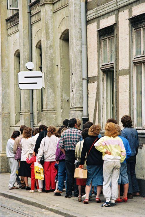 1990 Schwerin - DDR-Bürger warten vor einer Sparkasse in Schwerin, um ihre Sparguthaben in DM umschreiben zu lassen, 16. Juni 1990  (Quelle: BPA, B 145 Bild-00059638/Fototgraf: K. Lehnartz) ☺