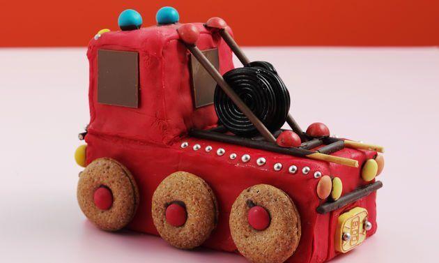 Gâteau d'anniversaire camion de pompier: Battre les œufs, le sucre, le sel et le sucre vanillé jusqu'à ce que la masse éclaircisse et mousse. Mélanger la ...