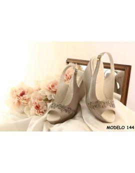 Alpargatas de novia o fiesta  modelo 144 con pedrería y color vison. Ideal para madrinas o invitadas.