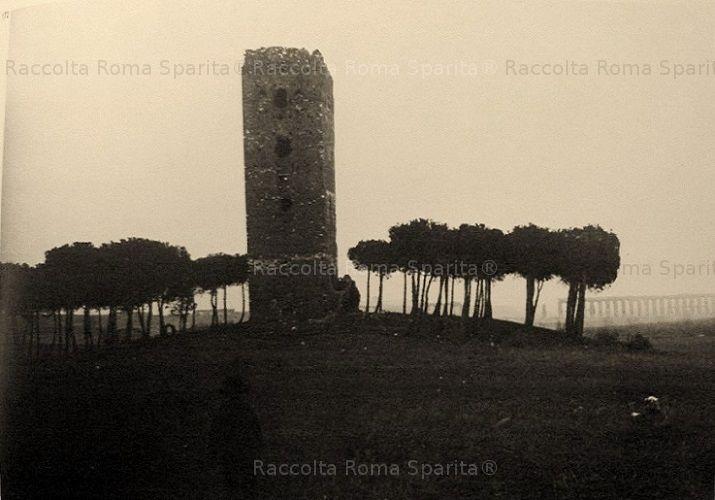 """Foto storiche di Roma - Torre di San Giovanni detta Torre di Centocelle o """"La Torraccia"""" Anno: 1908"""