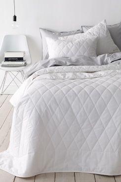 Ellos Home Överkast Dena 260x260 cm i tvättad kvalitet med vintagelook. Quiltat överkast med en 15 cm bred ram runtom. Etikett i hörnet. 100% tvättad bomull. Fyllning: 100% polyester. Tvätt 40°.