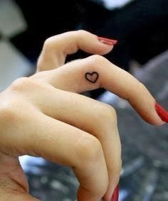 Tatuagem no dedo é ideal para quem busca tatuagens femininas e delicadas. Inspire-se com dezenas de fotos e muitas dicas e ideias para escolher a sua.
