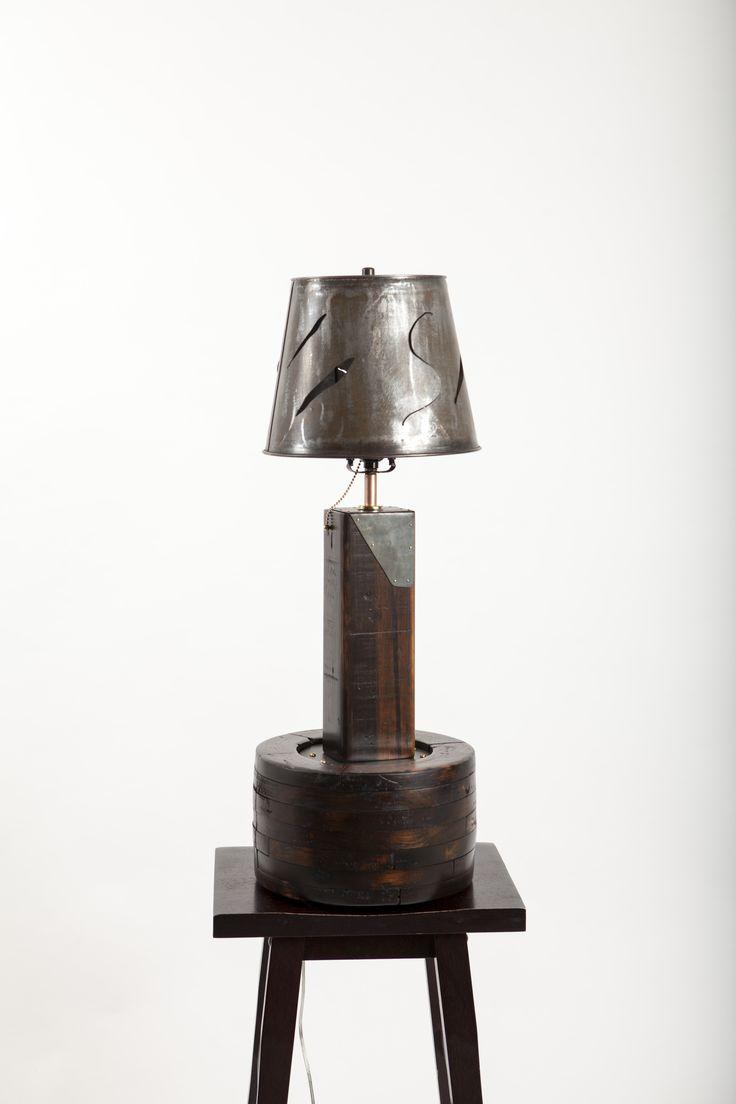 Petite lampe de table que j'ai fabriqué à partir d'une ancienne roue d'engrenage, de bois recyclé et chaudière d'eau d'érable.  30 pouces de haut.  Voir aussi ma page Facebook au facebook.com/michel.gauthier.artrecup et www.mgartrecup.wordpress.com