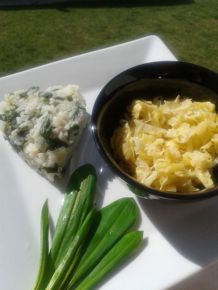 Să profităm din plin de bogăția primăverii! Orez cu leurdă și salată de varză murată pentru un plus de vitamine, minerale, dar și compuși sulfurați.
