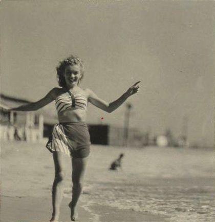1946 Norma Jean en maillot de bain rayé rouge et blanc par Richard C Miller - Divine Marilyn Monroe