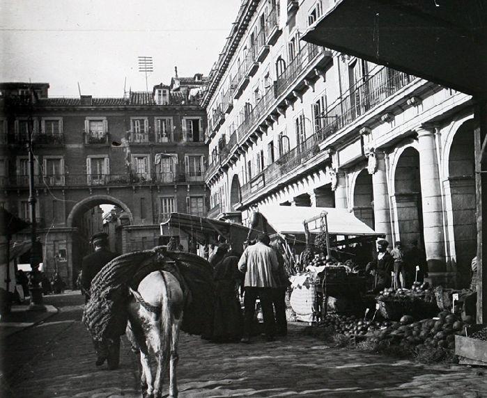 Cuando Madrid era un pueblo y la Plaza Mayor su mercado. 1910.