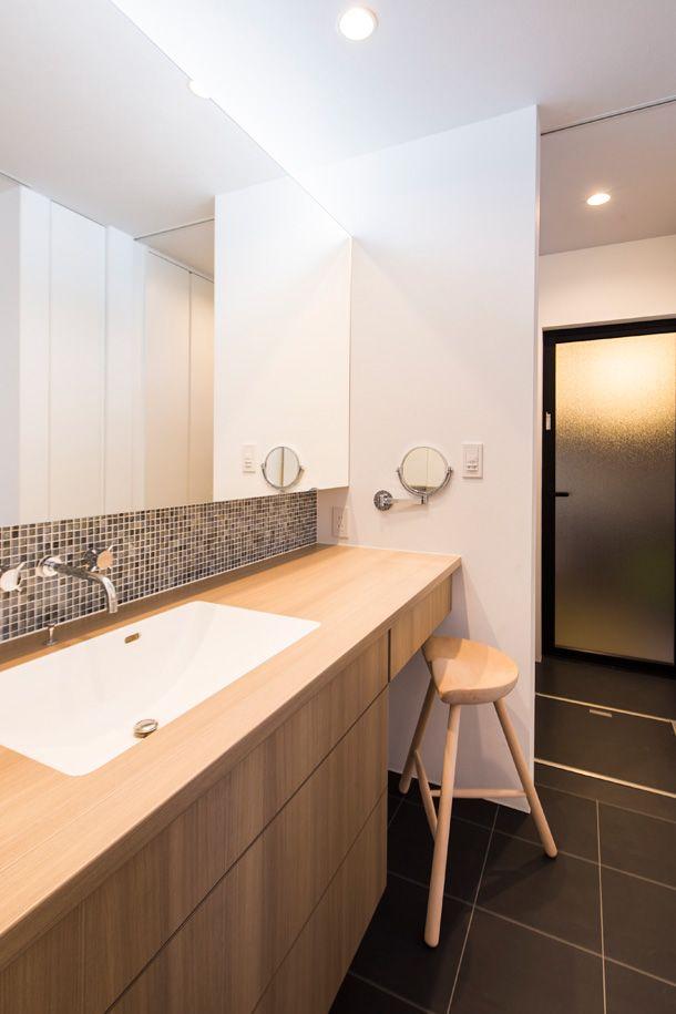 这么长的洗面台 也是爽得不要不要的,镜子拉伸空间的作用在这种情况下也是被发挥得淋漓尽致。