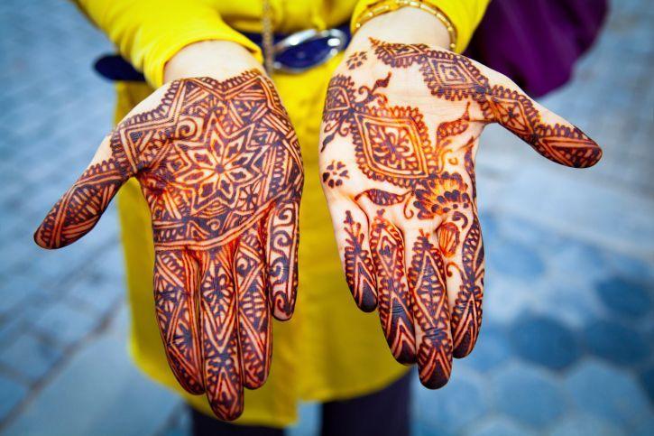 La Henna fue utilizada por los árabes para refrescar los pies y las manos durante los días calurosos entonces se dieron cuenta de que ésta teñía la piel. Fue entonces cuando decidieron ser creativos y utilizar el mismo tinte para hacer dibujos muy artísticos.  El tinte color marrón rojizo se extrae de la cáscara y hojas secas, y es utilizado desde hace mucho tiempo en el norte de África, Oriente Medio y Asia del Sur.