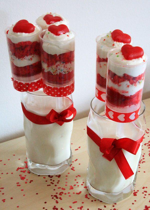 Red-Velvet-Push-Up-Cake-Pops mit weißer Ganache und selbstgemachten Fruchtgummiherzchen