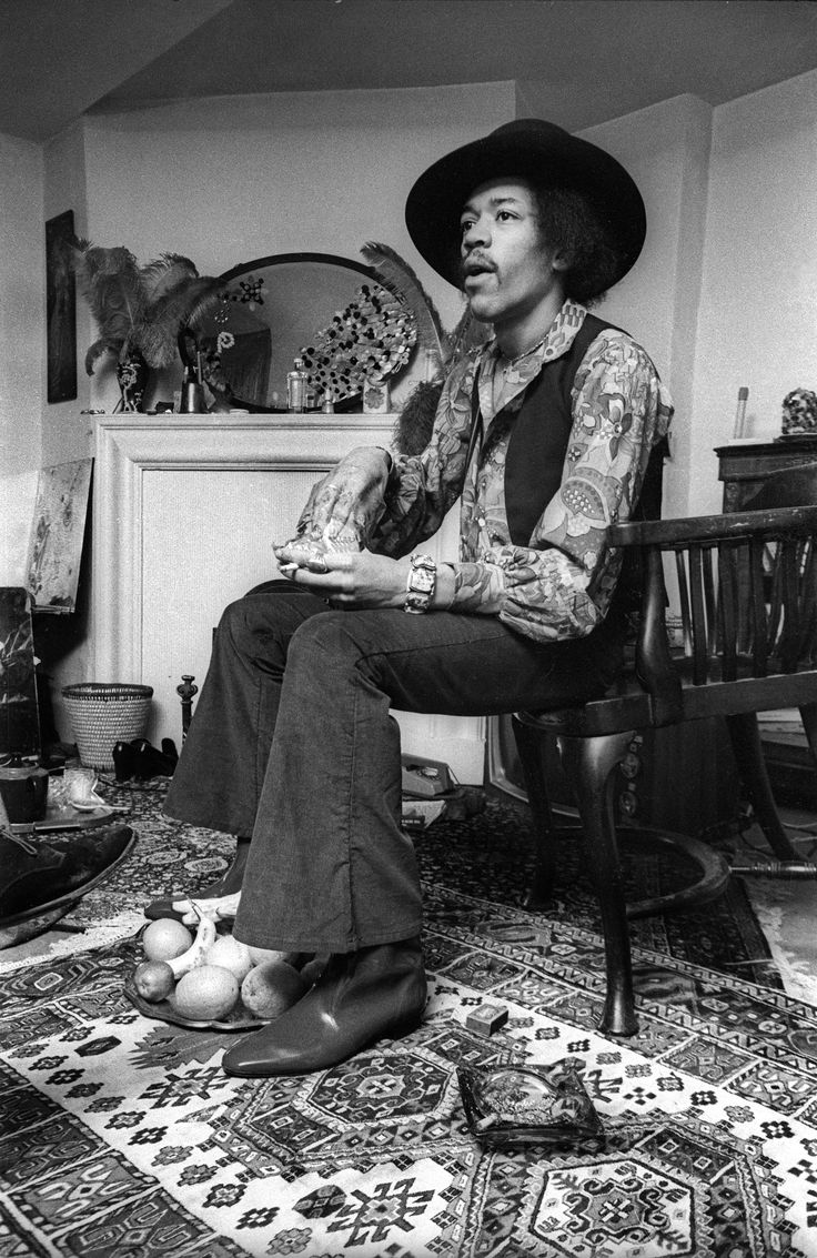 Barrie Wentzell pictures. Jimi Hendrix at his home in Brook Street, Mayfair.
