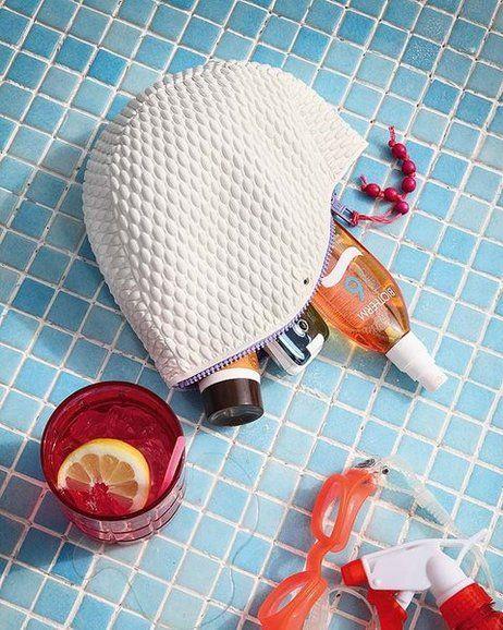 No botes tu gorro viejo de piscina, conviértelo en un hermoso y practico estuche. http://ideasparadecoracion.com/convierte-un-gorro-de-piscina-en-un-practico-estuche/
