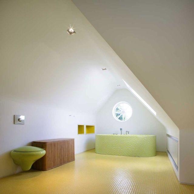 design de la petite salle de bains en vert pâle et jaune pastel