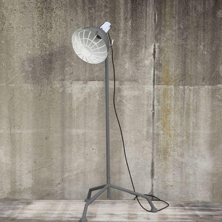 Stoere vloerlamp met een slanke driepoot. Deze lamp Dryer van het Nederlandse merk Byboo staat geweldig in een industrieel interieur. De lamp heeft een grijs frame. De kap heeft een witte binnenzijde. Verstelbaar in hoogte en draaibaar. Bekijk deze stoere lamp bij van de Pol Meubelen.