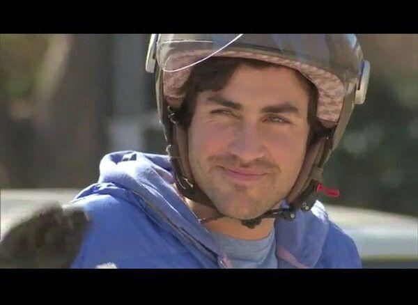 En la moto con el casco se ve aún mas mino<3