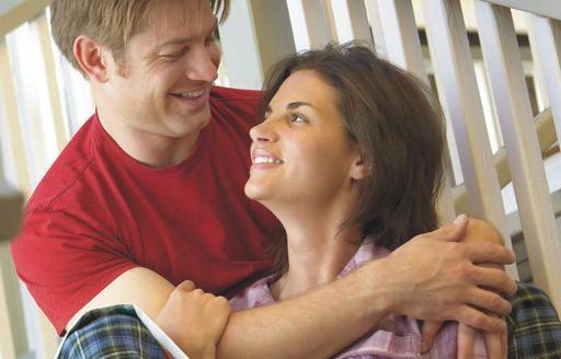 Házasságunk során gyakran úgy érezzük, hogy egyszerűen nem értjük egymást. Mintha két külön bolygóról érkeztünk volna ebbe a kapcsolatba. Mintha nem is egy nyelvet beszélnénk. Mit tehetünk annak érdekében, hogy hatékonyabban tudjunk kommunikálni, és hogy növekedhessünk az egymás iránti szeretetben?