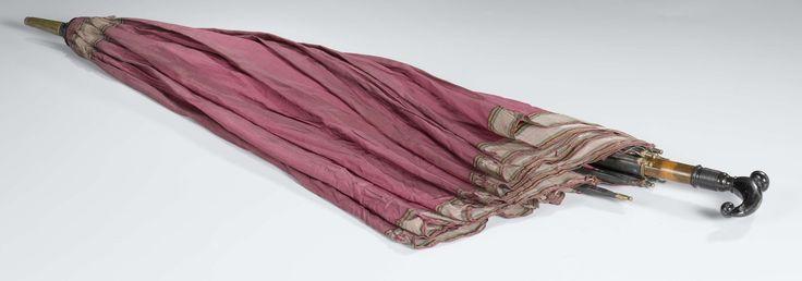 Paraplu met dek van donkerroze zijde en een gestreepte rand, op een wortelnoten stok waaraan een zwarte knop, anoniem, ca. 1830 - ca. 1850