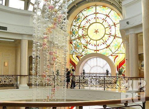 Тюменский Дворец бракосочетания отметил пятилетний юбилей. В 2011 году новое здание на ул. Малыгина, 85 распахнуло свои двери.