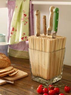 Glasvase: Ein paar Euro; Holzstäbchen: Ein paar Euro; kreative Ideen dieser Art für die Küche: Unbezahlbar! :-) Do It Yourself Messerblock.